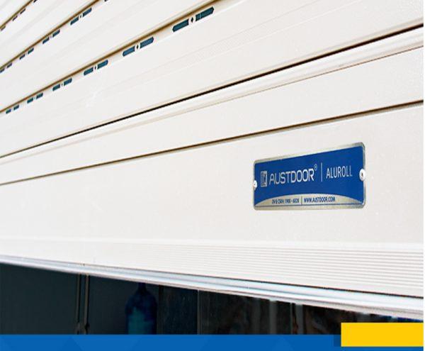 Cửa cuốn Austdoor bản lớn Mega M70 hiện đại, sang trọng